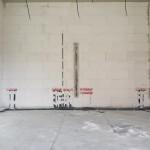 TV-Wand u.a. mit Anschlüssen für Lautsprecher und Netzwerk sowie dem Leerrohr