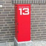 Der Briefkasten hat seine Beklebung erhalten, die Hausnummer im Fenster ist weg